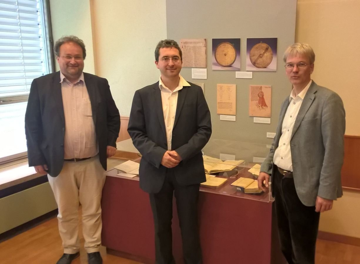 The organizers of the workshop in front of the little exhibition about Cusanus in the BNP